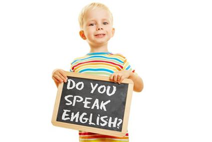 """Kind hält Tafel mit dem Satz """"Do you speak english?"""""""